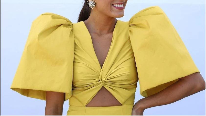 La influencer Isabel Peña con un vestido de Loreto Martínez.