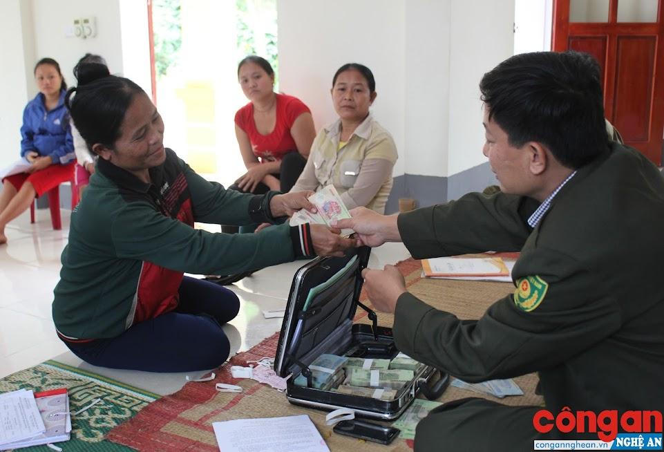 Người dân huyện Quế Phong phấn khởi nhận tiền khoán bảo vệ rừng - Ảnh: Văn Mạnh