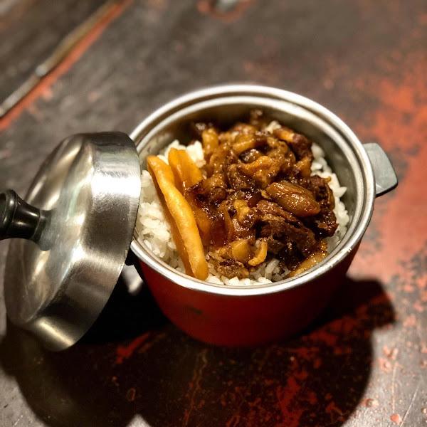 📍凱古早味鍋燒麵 ———————#米粒食台北—————— . 阿嬤滷肉飯居然用這麼可愛的大同電鍋裝!!!未吃先給100分~就是很愛這種復古的店呀💕💕💕 - 🔸阿嬤滷肉飯(小)💲35 很有家