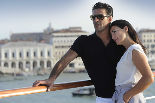 Ponant-Venice-Romance-couple.jpg - Discover romance in Venice on your next Ponant cruise.