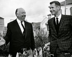 """Photo: Hitchcock com o roteirista Evan Hunter, no set de """"Os Pássaros""""."""