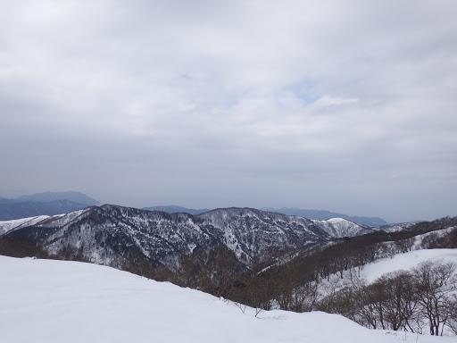 三十三間山(左)、奥は日本海
