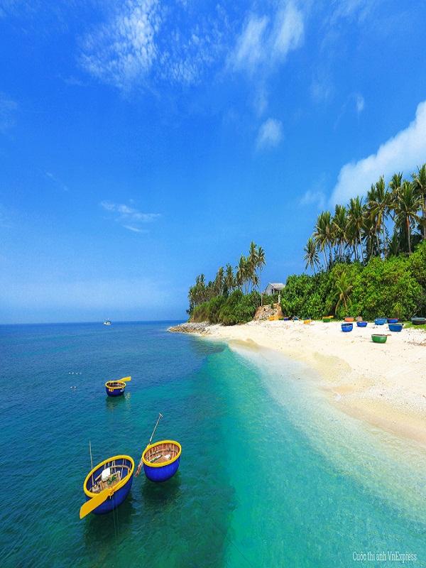 Khi đặt chân lên đảo, bạn sẽ bị cuốn hút ngay bởi màu nước biển xanh và trong cùng những bãi cát trắng tinh