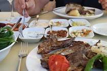 Большое количество закусок-мезе к основному блюду - обязательное условие любого обеда
