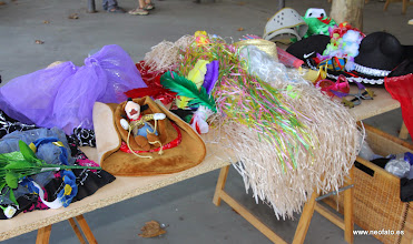 Photo: Elección cartel alternativo fiestas MONZÓN. Mesa con disfraces.