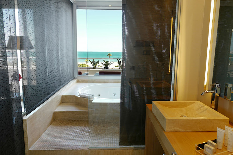 One bedroom bathroom with sea views
