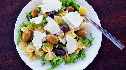 Menú del día: ensalada de pasta integral griega y de cena jibia a la plancha