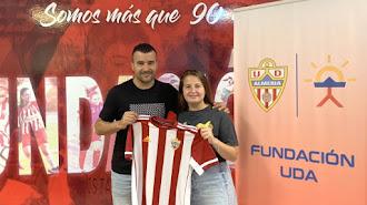 Carlos Hinojo junto a la coordinadora Rocío Muñoz.