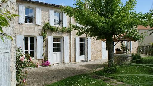 La Fermette gîte 3 étoiles à Surgères près de La Rochelle la façade et sa treille