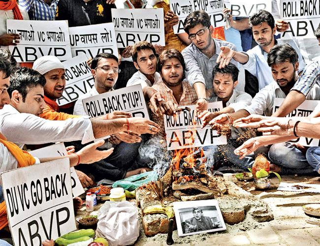 डीयू के चार वर्षीय स्नातक पाठ्यक्रम के खिलाफ एबीवीपी