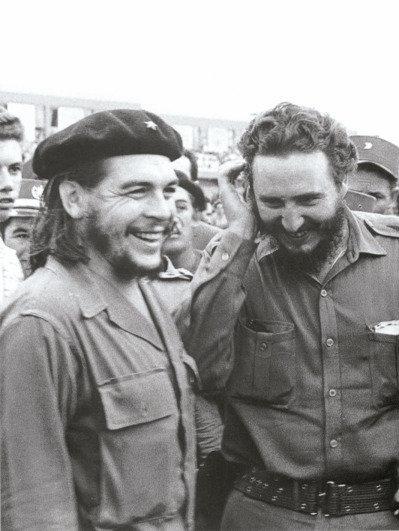 一九六○年代擔任古巴總理的卡斯楚(右)與跑到阿根廷擔任游擊隊領袖的切.格瓦拉(左...