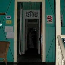 Foto de un fantasma en el pasillo de una casa