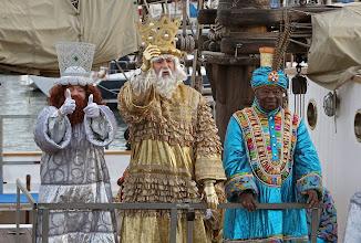 Photo: GRA161. BARCELONA, 05/01/2014.- Los Reyes Magos llegan al Moll de la Fusta de Barcelona para atender las peticiones de los niños al comienzo de la tradicional Cabalgata por las calles de la ciudad. EFE/Toni Garriga