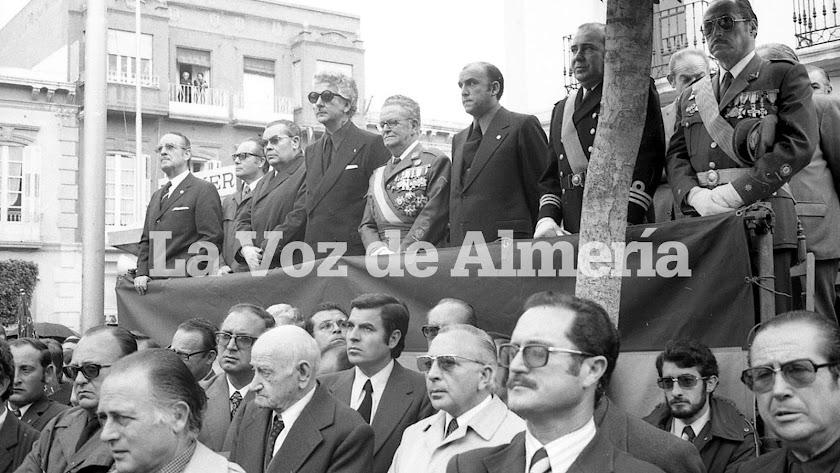 En la tribuna que se montó en la Puerta de Purchena destacaba el Gobernador civil, Gías Jové, con sus gafas oscuras.