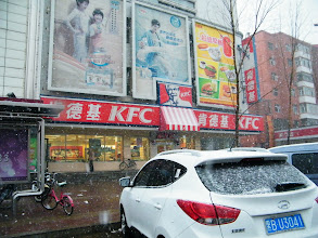 Photo: A March snow after 2 days' clouds and sandstorm in Qiqihar. also brings rich rain in today's bright sunshines. faith in God reinforced from the bliss which calls benzrad 朱子卓 visit his son, warrenzh 朱楚甲, in snowing dusk with KFC, among blizzard of financial hardness. here streetview near a KFC franchise in snowing dusk.肯德基齐齐哈尔铁东分店在2012春雪中。