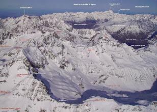Photo: Hautes Pyrénées prés de Gavarnie: vision aérienne sur la face sud du Soum de Male 2797m (au centre). Vallée de Luz Saint Sauveur à droite, massif du pic du Midi de Bigorre à droite sur l'horizon