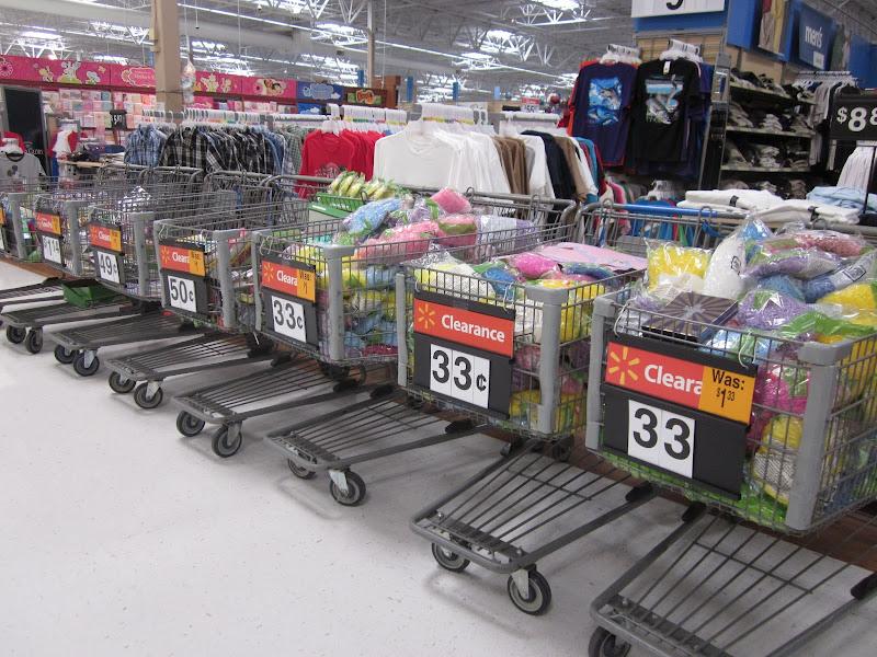 Photo: ¡Ofertas! Después de cada fecha festiva puedes encontrar los productos temporales a más del 75% de descuento. Si comprás dulces, no te olvides de chequear la fecha de vencimiento.