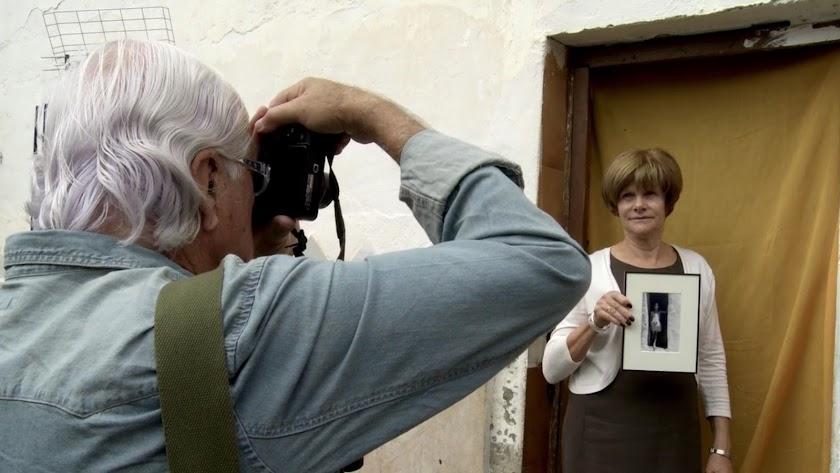 Carlos Pérez Siquier durante el rodaje de 'Azul Siquier', dirigido por Felipe Vega (Foto: CenturiaFilms).