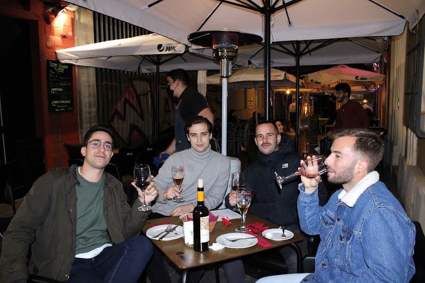 Entre amigos disfrutando de la noche almeriense en el bar El Ancla.
