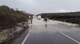 La balsa formada por las lluvias provocó que varios vehículos quedaran atrapados.