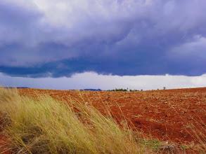 Photo: la pluie sur la terre rouge