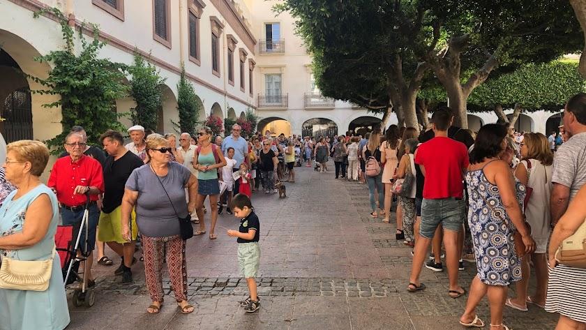 Miles de almerienses han acudido al primer día de reparto de abanicos y programas de Feria.