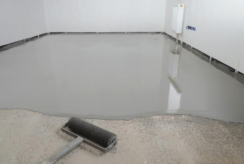 Posadzka epoksydowa może być wylewana zarówno na beton, jak i na powierzchnie metalowe