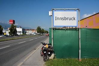 Photo: Wszystko ładnie pięknie, nie ma problemu z dokonaniem naprawy. Jednak koszt wyniesie 121 euro ! Rany ! Nie dziękuję mówię. W kieszeni mam niewiele więcej pieniędzy, więc ruszam w dalszą drogę. Być może uda mi się znaleźć inny serwis gdzie nie będą chcieli ze mnie zedrzeć ile tylko się da...  Docieram do Innsbrucku gdzie mam nadzieję znaleźć inny serwis rowerowy.
