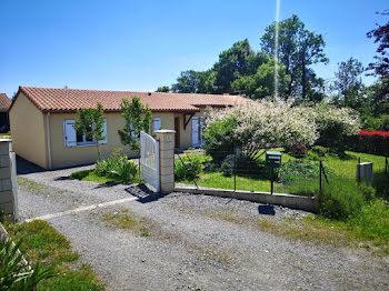 villa à Roumazières-Loubert (16)