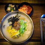 Rice Cake Dumpling Soup (Ddoek Manduguk)