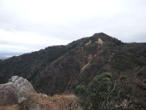 登り返して溝干山を望む