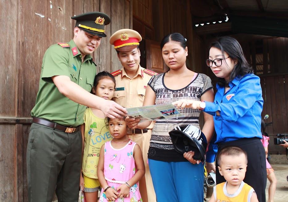 Tuyên truyền cho người dân tại bản Phồng, xã Tam Hợp, huyện Tương Dươnng