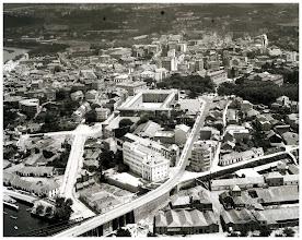 Photo: Pontevedra en 1961. As cousas máis destacables son a vía do tren polo Paseo de Colón, a zona de en fronte de Santa María, onde aínda non existía Pardo Bazán e arredores. Tampouco está feito o Ambulatorio, nin Maxisterio. A Ponte da Barca aínda ten tamén os tres arcos.