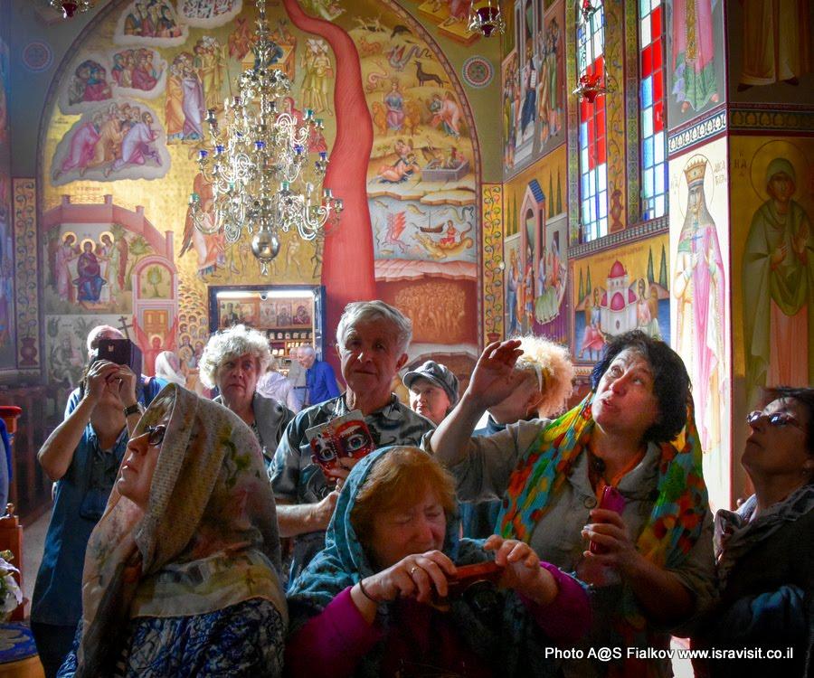 Гид Светлана Фиалкова на экскурсии по Галилее Христианской в православной церкви 12 апостолов.