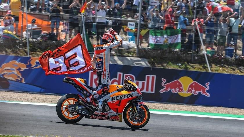 Márquez celebrando su triunfo con los aficionados