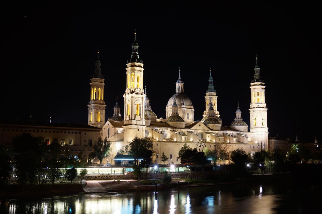Basílica del Pilar desde el Puente de Piedra.