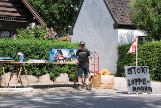 Photo: Og på Kettingevej 105 var der varer både langs vejen og i garagen