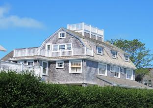 Photo: Useimmissa, ainakin rannalla sijaitsevissa, taloissa oli myös kattoparveke, widow's walk.