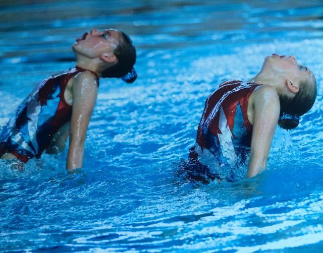 Synchroon: Synchroonzwemsters Aquadans Mechelen schitteren