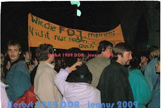 Photo: Gegenkundgebung der Nat. Front und Teilnehmer der FDJ  Die Freie Deutsche Jugend (FDJ) war eine stalinistische, staatliche Massenorganisation der SED Diktatur in der ehemaligen DDR.