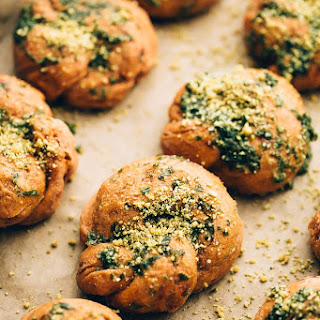 VEGAN SUNDRIED TOMATO PARMESAN GARLIC KNOTS.