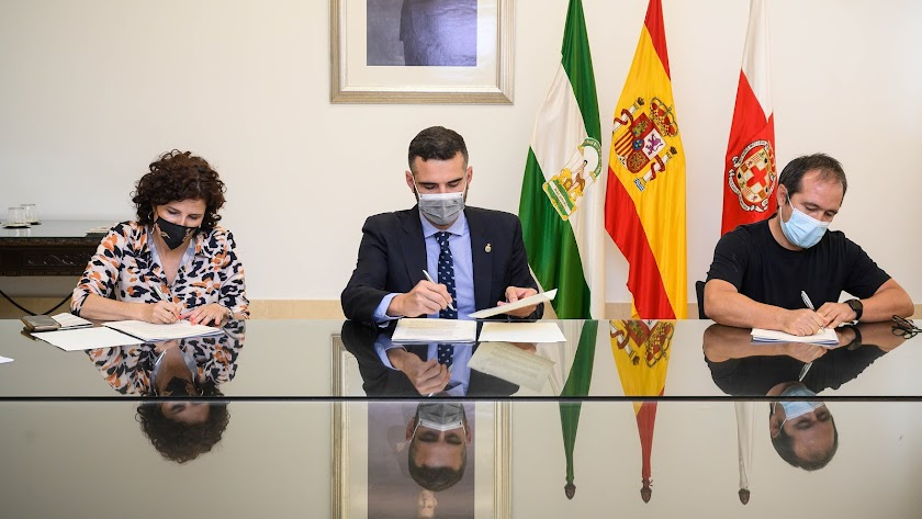 El alcalde firmando el acuerdo con La Caixa e Innova