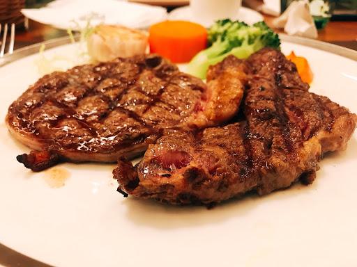 牛排跟湯很有水準,烤雞略顯普通!服務態度很棒!
