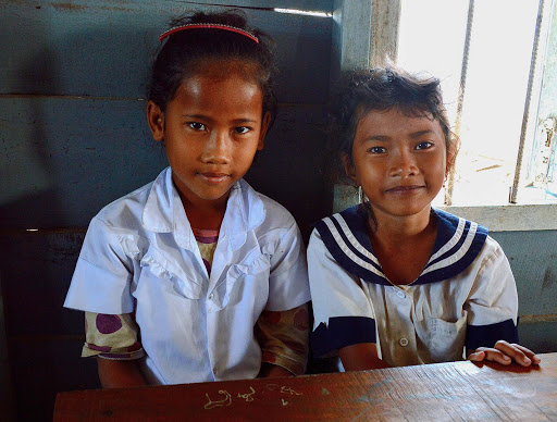 cambodia-schoolgirls-friends.jpg - Cambodia schoolchildren sharing a desk and their limited English words.