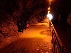 Photo: durch diesen Tunnel führt der Radweg und fahren auch die Schiffe.