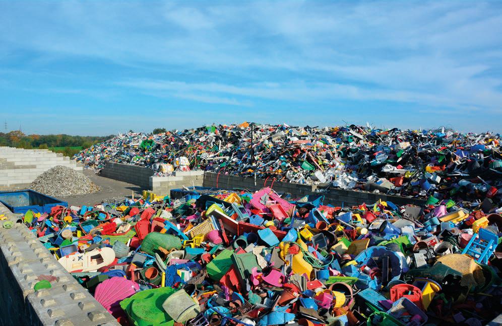 Harde plastics in alle kleuren en maten, liggen in grote hoeveelheden klaar om verwerkt te worden tot 20 basiskorrels