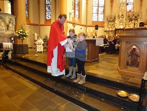 Photo: Kinderen van de kinderwoorddienst lezen hun gebedje!