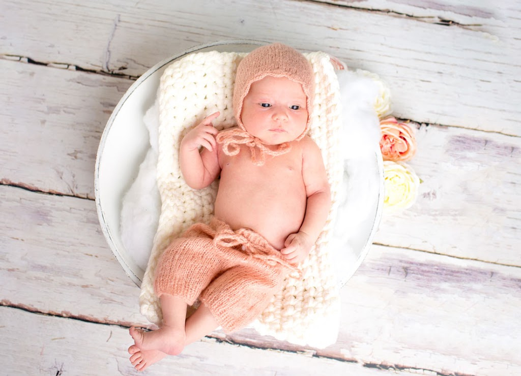 Ein neugeborenes Kind liegt in einem Korb.