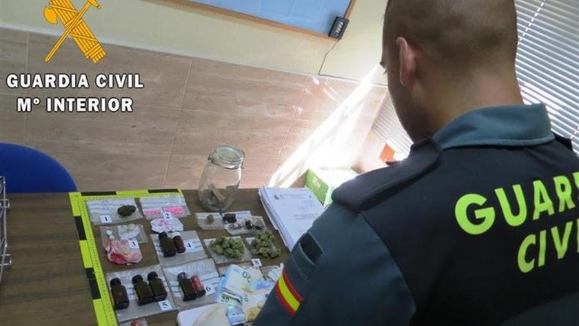 Drogas incautadas a los dos jóvenes en Villaricos.