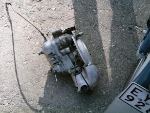 Photo: Siinä vanhamoottori asfaltilla ja toista asennellaan paikalleen.